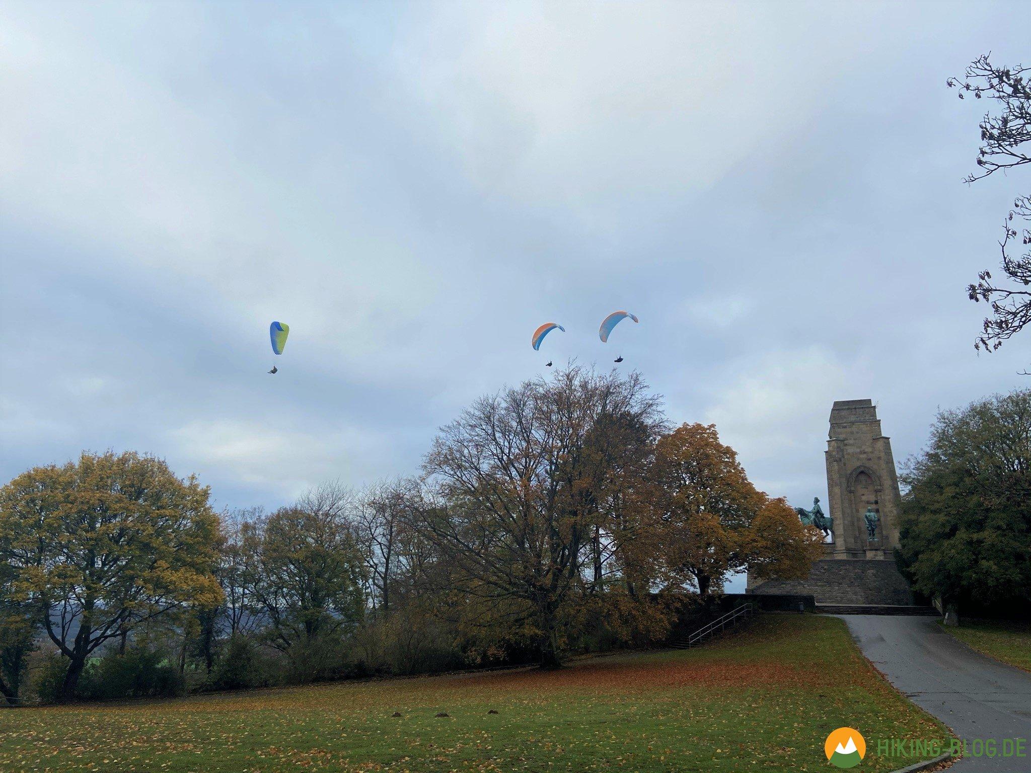 Gleitschirmflieger an der Hohensyburg in Dortmund